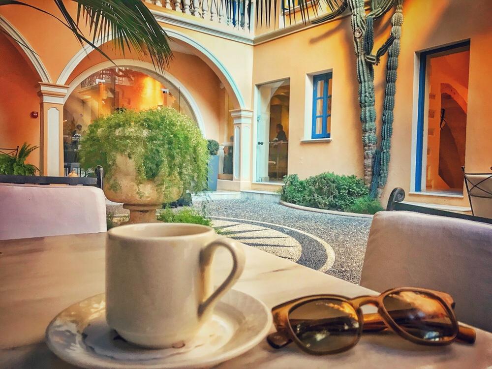 Μοναδικός χώρος η εσωτερική αυλή του ξενοδοχείου Casa Delfino 5* στα Χανιά.