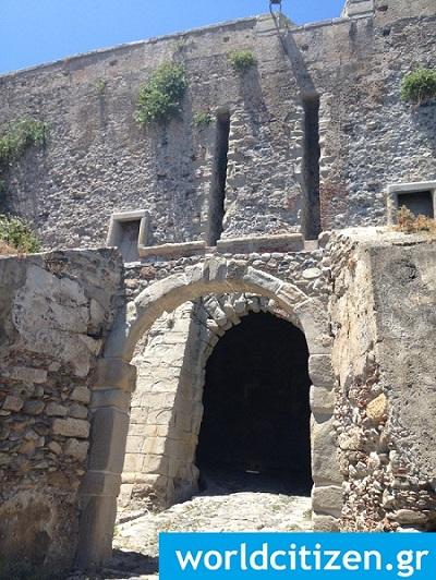Εσωτερική πύλη του κάστρου στο Μιλάτσο της Σικελίας στην Ιταλία.