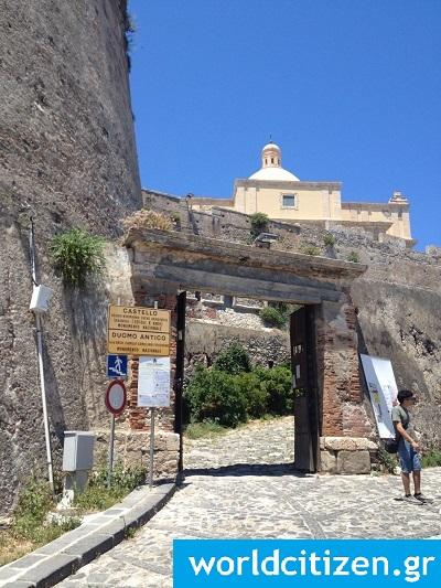 Η εξωτερική πύλη του κάστρου στο Μιλάτσο της Σικελίας στην Ιταλία.