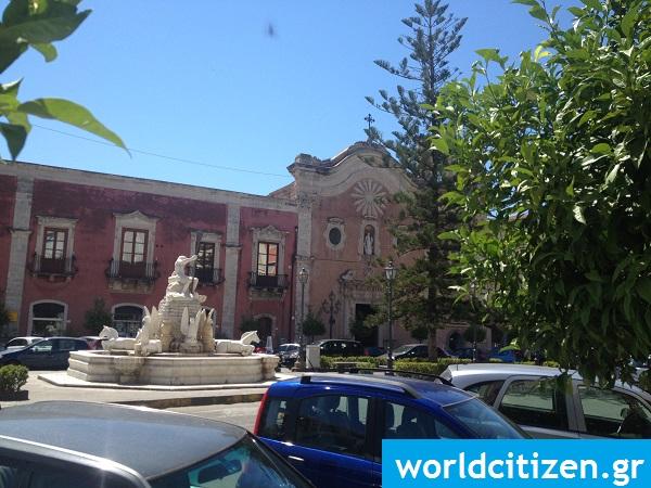 Κεντρική πλατεία στο Μιλάτσο της Σικελίας στην Ιταλία.