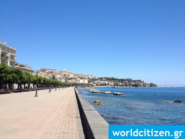 Τουριστικός πεζόδρομος στο Μιλάτσο της Σικελίας στην Ιταλία.