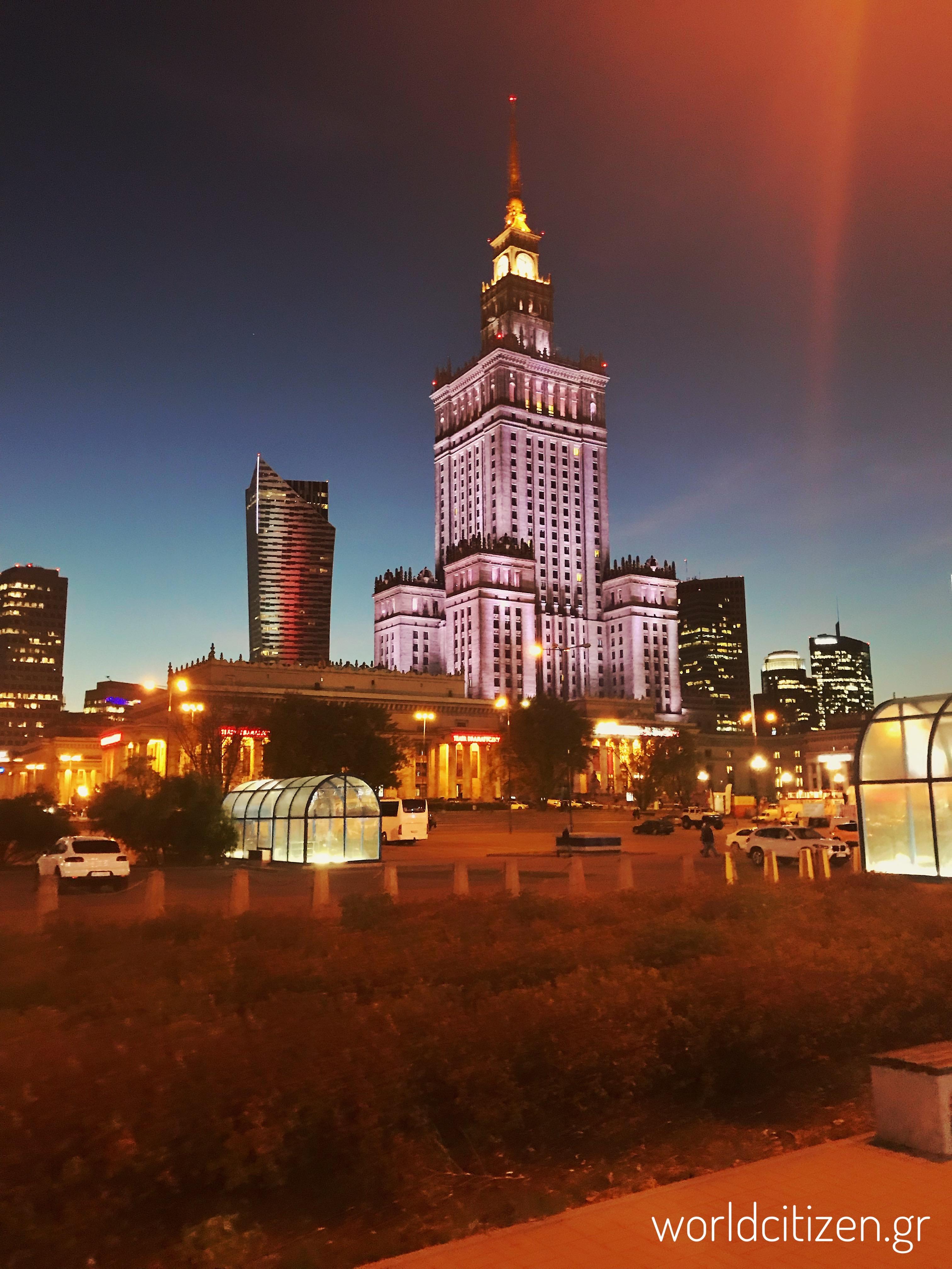 Το παλάτι του πολιτισμού & της επιστήμης στη Βαρσοβία της Πολωνίας φωτισμένο κατά τη νύχτα 2.
