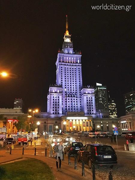 Το παλάτι του πολιτισμού & της επιστήμης στη Βαρσοβία της Πολωνίας φωτισμένο κατά τη νύχτα.