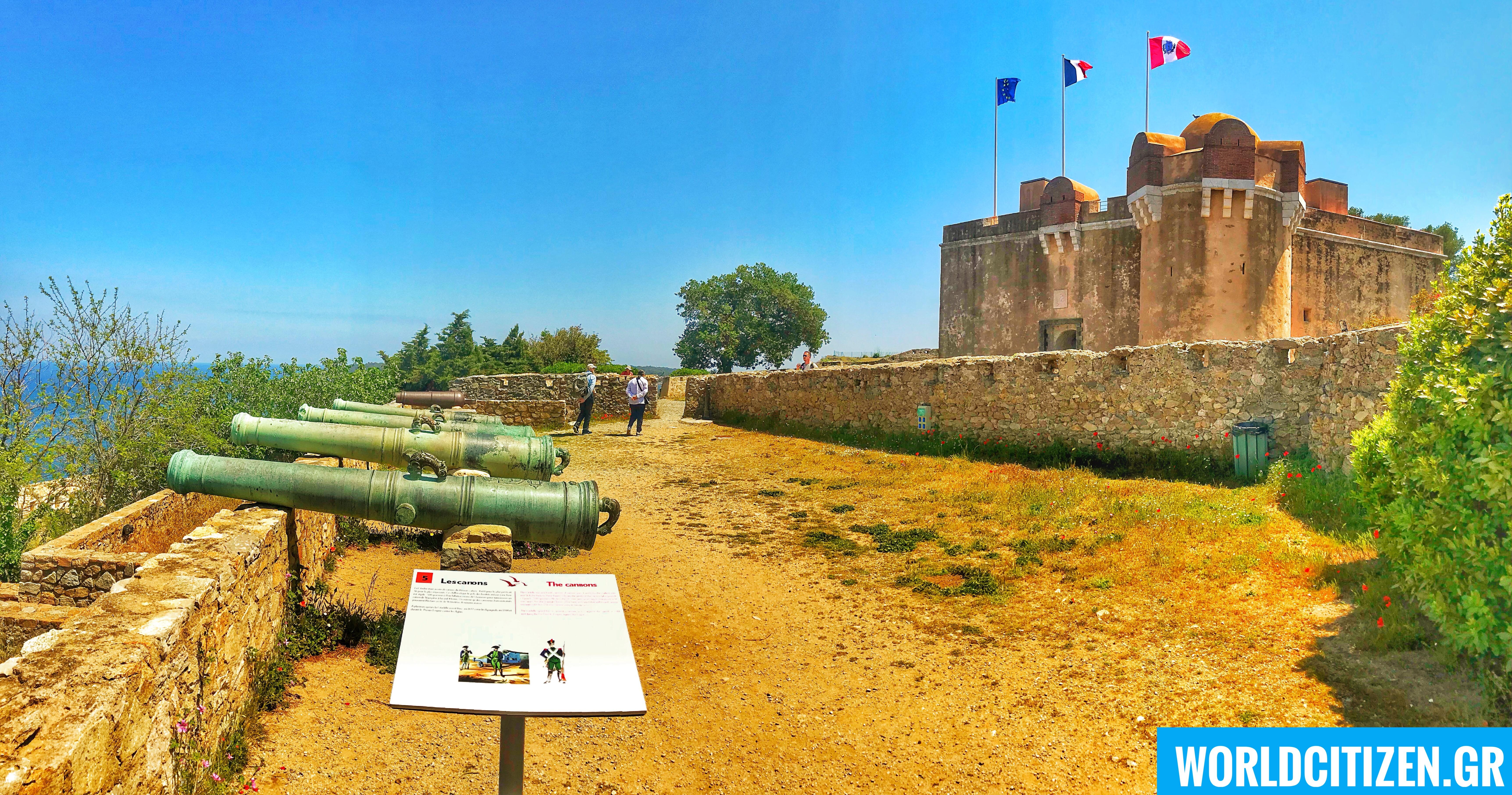 Κάστρο Citadelle σε κοντινό λόφο στο λιμάνι - κέντρο του Σαιντ Τροπέζ.