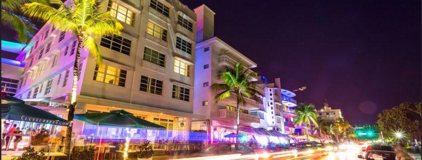 South Beach - Miami. Ο δρόμος Ocean Drive γεμάτος bars & εστιατόρια.