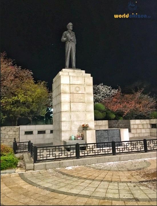 Ο αδριάντας του στρατηγού Μακ Άρθουρ στην είσοδο του πάρκου Μακ Άρθουρ στο Ίντσεον της Νότιας Κορέας.